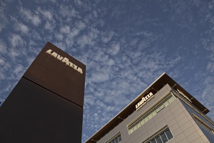 Coronavirus, Lavazza stanzia bonus per dipendenti al lavoro a Torino, Gattinara e Pozzili