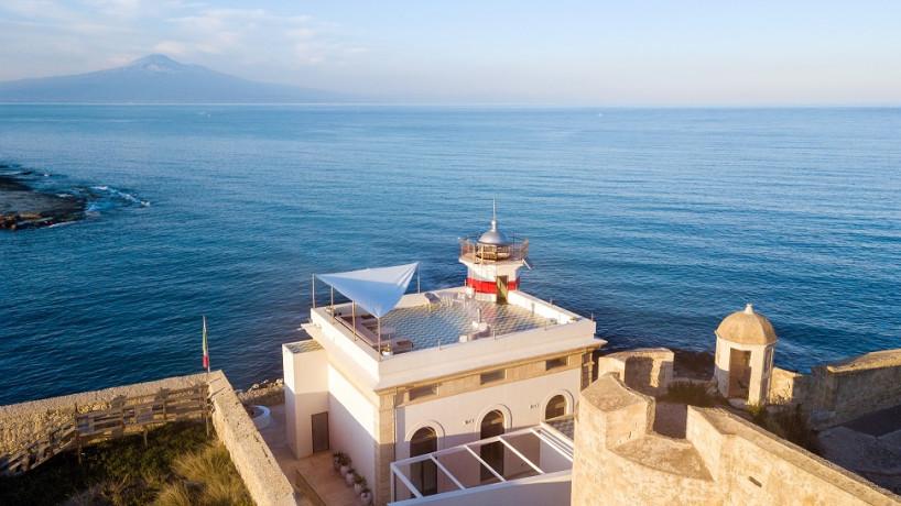 Faro di Brucoli, un piccolo incanto tra l'Etna e il mare