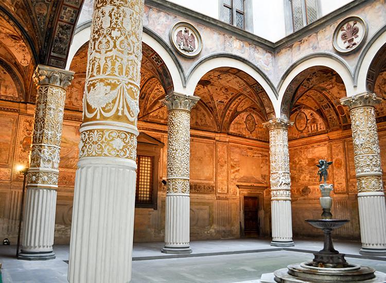 Il Cortile del Michelozzo a Palazzo Vecchio si illumina a nuovo grazie a Kering