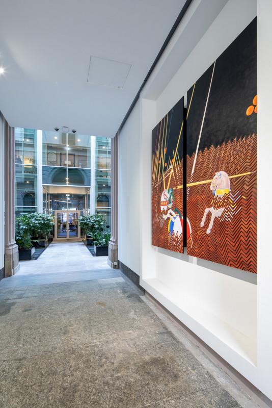 L'opera d'arte 'L'Enigma della Giostra' del duo bn+Brinanovara nello spazio Wellio di via Dante