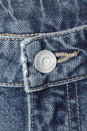 Jeans da rifiuti tessili rigenerati, la collezione di Weekday (H&M Group)