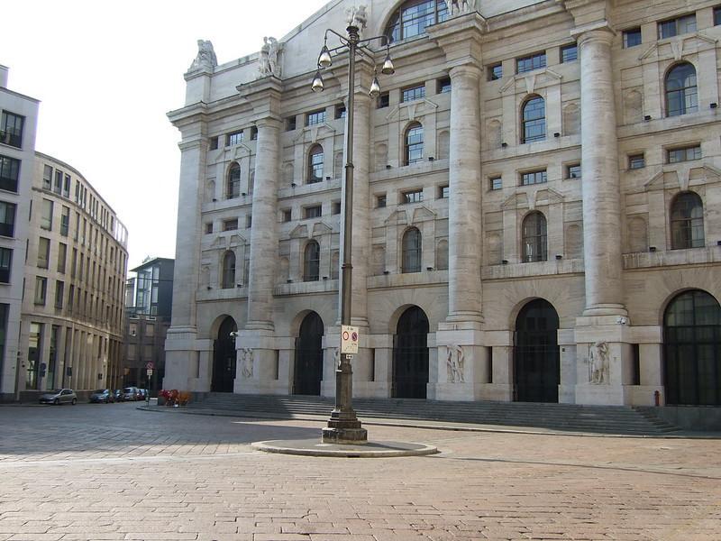 Banche frenano listino di Milano che chiude in calo, Moncler la migliore